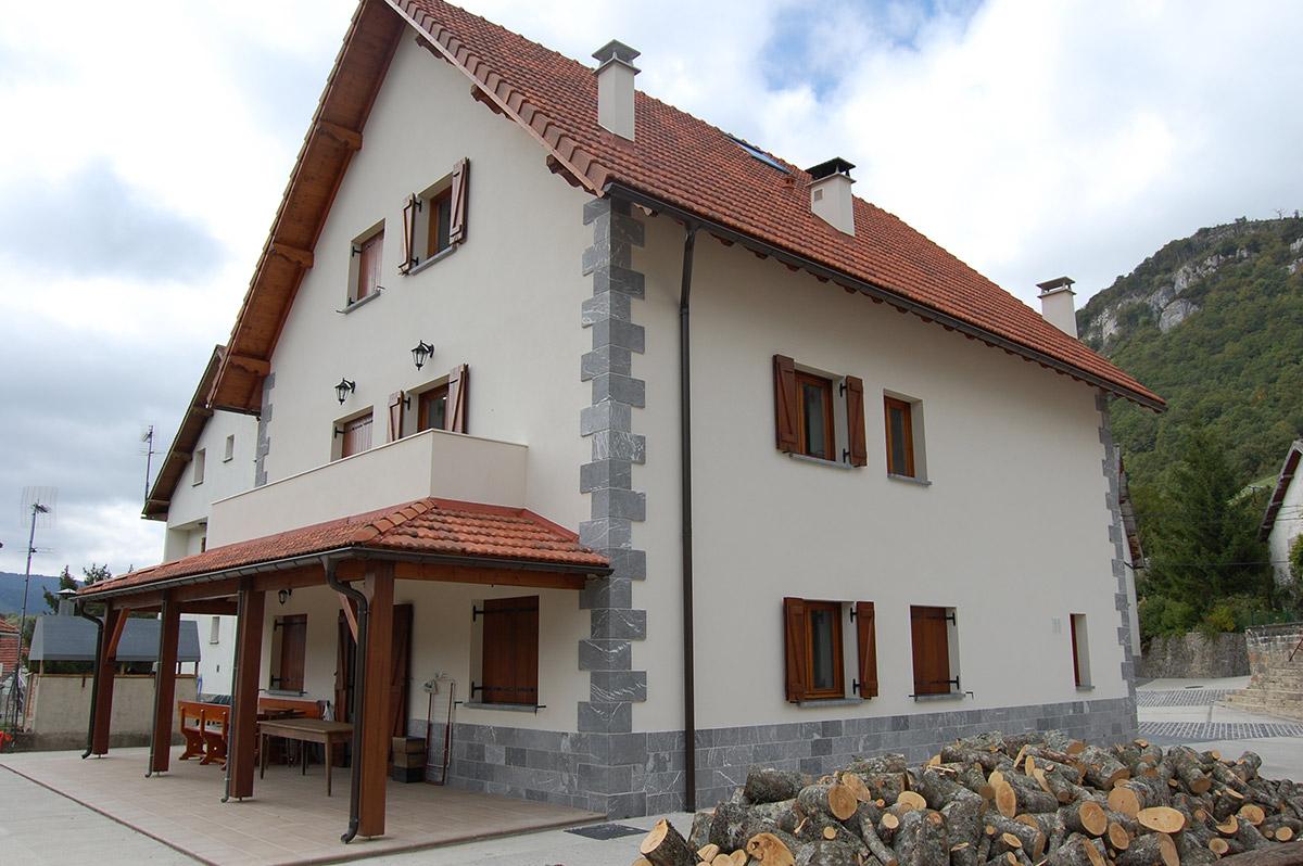 Edificio para tres viviendas en Orbara